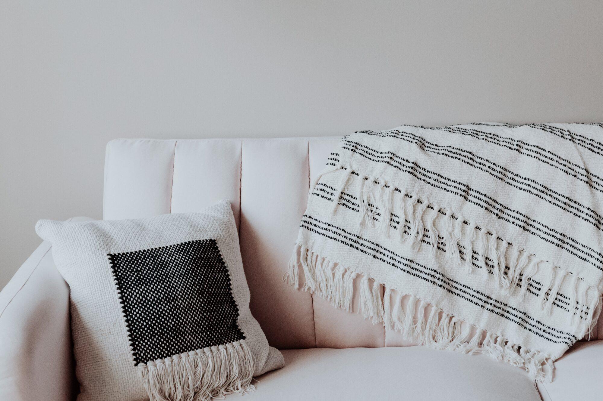 Pynt sofaen op med flotte quilt tæpper